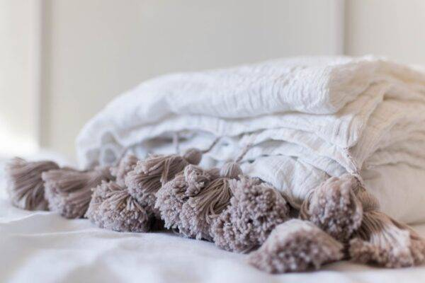 Linen quilt with tassels ecru