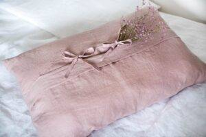Linen cushion with ties