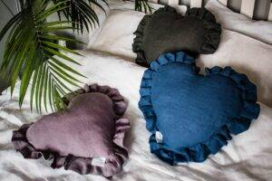 Linen cushion with flounce heart shape