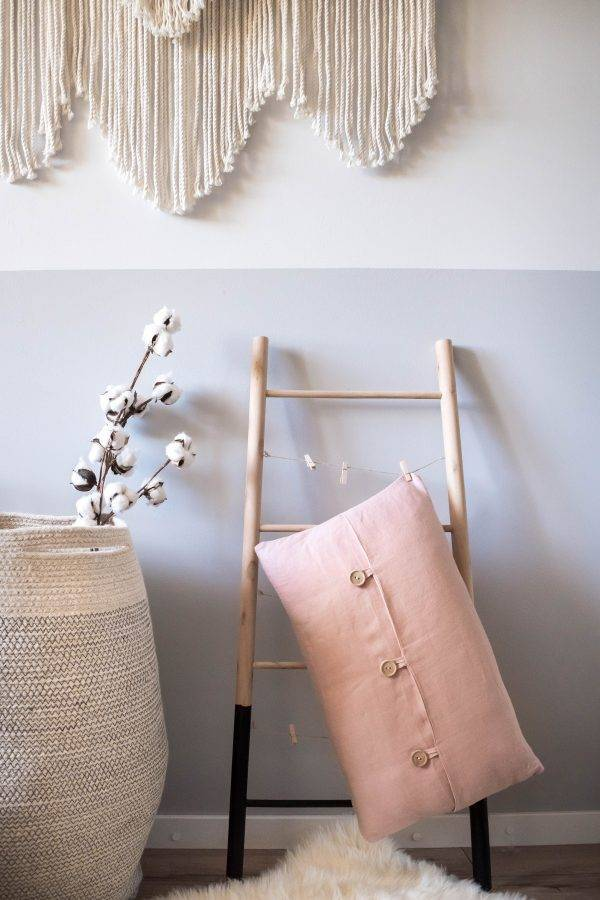 Linen cushion with coconutbuttons