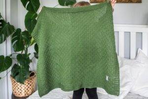 Woven cotton blanket green