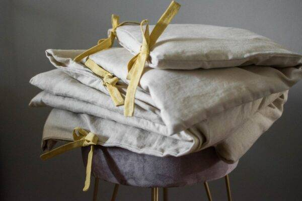 Linen bedding with ties