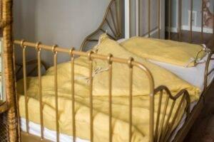 Linen bedding with ties for a preschooler
