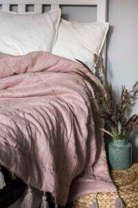 Linen quilt with tassels dusty pink