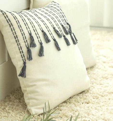 poduszka dekoracyjna z chwostami