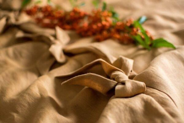 Lniana poszwa na kołdrę z kokardami karmel